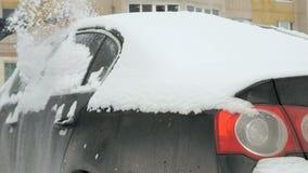 Automobile di pulizia dell'uomo da neve archivi video