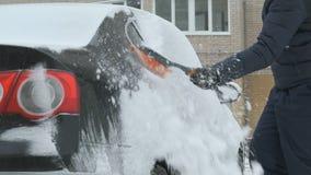 Automobile di pulizia dell'uomo da neve stock footage
