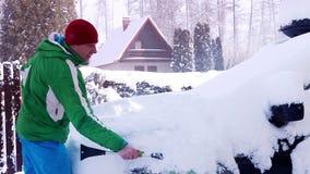 Automobile di pulizia dell'uomo dopo la bufera di neve della neve video d archivio