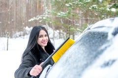 Automobile di pulizia della donna da neve con la spazzola Trasporto, inverno, Immagine Stock