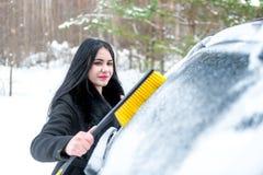 Automobile di pulizia della donna da neve con la spazzola Trasporto, inverno, Fotografia Stock Libera da Diritti