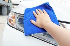 Automobile di pulizia della donna facendo uso del panno del microfiber Immagine Stock