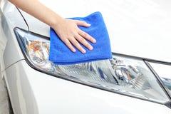 Automobile di pulizia facendo uso del panno di Microfiber Immagini Stock Libere da Diritti