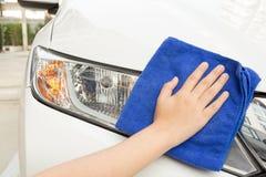 Automobile di pulizia facendo uso del panno di Microfiber Fotografia Stock