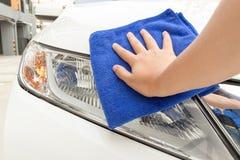 Automobile di pulizia facendo uso del panno di Microfiber Immagini Stock