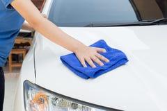 Automobile di pulizia facendo uso del panno di Microfiber Fotografia Stock Libera da Diritti