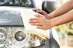 Automobile di pulizia la parte anteriore dell'automobile Immagine Stock