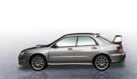 Automobile di raduno dell'argento 4WD con il fondo di pendenza fotografia stock