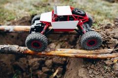 Automobile di Rc che roading sui fasci di legno sopra la cavità Fotografia Stock Libera da Diritti