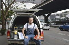Automobile di riparazione di affari sul concetto di servizio del sito Immagini Stock Libere da Diritti