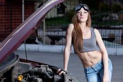 Automobile di riparazione della donna fotografia stock libera da diritti
