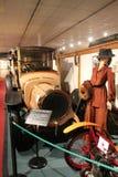 automobile di 1900s accanto alla donna in museo Fotografia Stock Libera da Diritti
