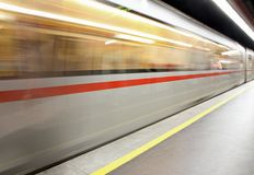 Automobile di sottopassaggio che arriva alla stazione ferroviaria Fotografia Stock Libera da Diritti
