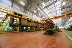 Automobile di sottopassaggio nella fabbrica Immagini Stock