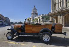 Automobile di stile dell'annata davanti alla costruzione a Avana Fotografia Stock Libera da Diritti