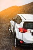 Automobile di SUV sulla collina Fotografia Stock Libera da Diritti