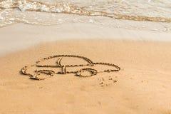 Automobile di tiraggio sulla sabbia della spiaggia Progettazione concettuale Automobile di simbolo concetto del rischio nel finan fotografia stock libera da diritti