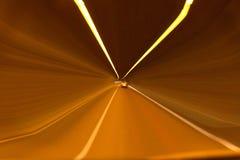 Automobile di velocità in tunnel immagine stock