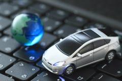 Automobile di vetro del giocattolo e del globo sopra la tastiera Fotografia Stock Libera da Diritti