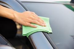 Automobile di vetro di pulizia Immagini Stock Libere da Diritti