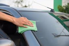 Automobile di vetro di pulizia Fotografia Stock Libera da Diritti