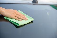 Automobile di vetro di pulizia Fotografia Stock