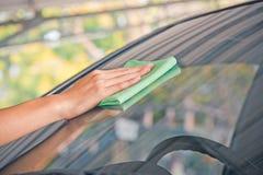Automobile di vetro di pulizia Immagine Stock