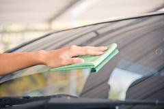 Automobile di vetro di pulizia Immagine Stock Libera da Diritti