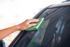 Automobile di vetro di pulizia Fotografie Stock Libere da Diritti