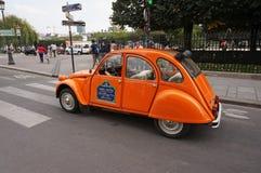 Automobile di visita arancio di Citroen 2CV Immagine Stock