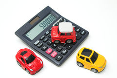 Automobile e calcolatore del giocattolo Concetto per finanza ed assicurazione Immagini Stock