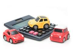 Automobile e calcolatore del giocattolo Concetto per finanza ed assicurazione fotografia stock