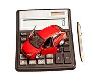 Automobile e calcolatore del giocattolo sopra bianco. Immagine Stock