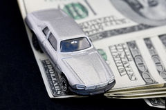Automobile e cento fatture del dollaro Fotografie Stock Libere da Diritti