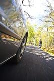 Automobile e ciclista fotografia stock libera da diritti