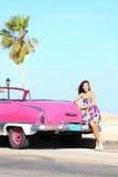 Automobile e donna dell'annata felici Immagine Stock