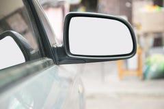 Automobile e specchietto retrovisore sul retrovisore della strada Immagini Stock