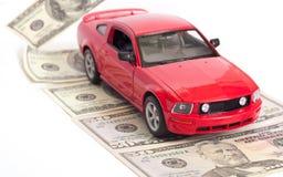 Automobile e strada fatte di soldi Fotografie Stock Libere da Diritti
