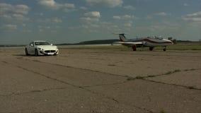 Automobile ed aereo su un video della pista stock footage
