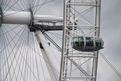 Automobile ed asse dell'occhio di Londra fotografia stock libera da diritti