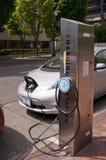 Automobile elettrica ad una stazione di carico Fotografia Stock Libera da Diritti