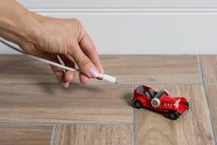 Automobile elettrica che è tappata - concetto di trasporto di EV Immagine Stock