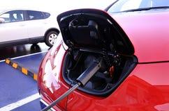 Automobile elettrica che fa pagare nella stazione elettrica Fotografia Stock