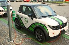 Automobile elettrica di carico Immagini Stock