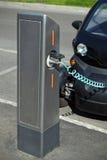 Automobile elettrica di carico Fotografie Stock
