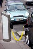 Automobile elettrica di carico Immagine Stock