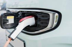 Automobile elettrica fatta pagare immagini stock
