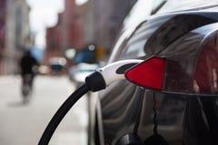 Automobile elettrica nella stazione di carico Fotografie Stock Libere da Diritti