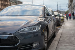Automobile elettrica parcheggiata in vie della città Immagini Stock