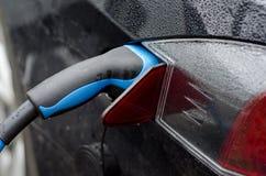 Automobile elettro di carico immagini stock